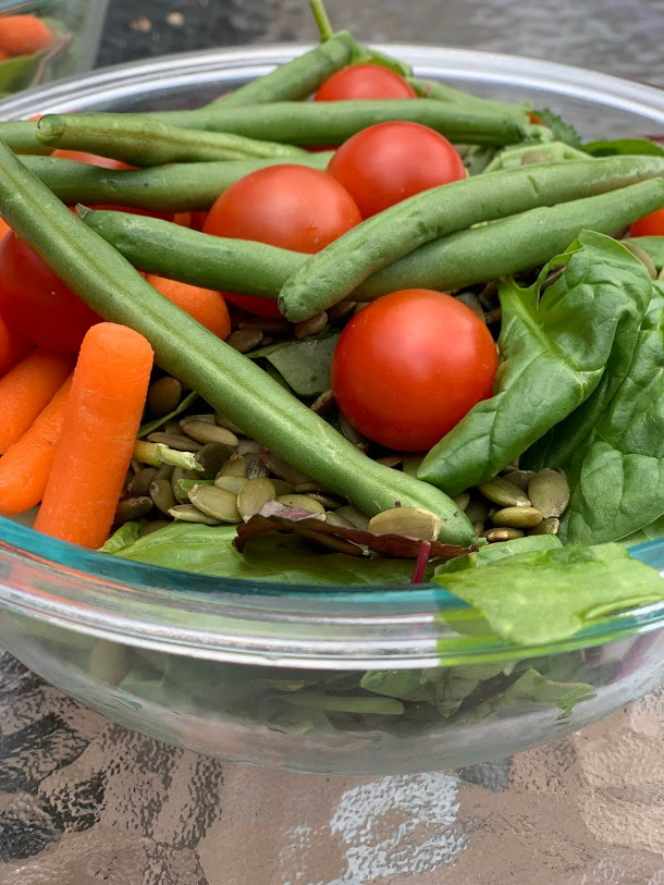 green salad with carrots, green beans and cherry tomatoes